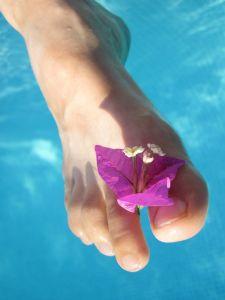 Stopalo sa cvetom između prstiju nakon nege stopala tokom zime