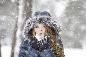 Zena na snegu