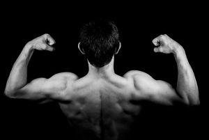Sportista pokazuje mišiće leđa