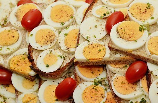 Sendvič sa jajima koji jedu ljudi koji znaju koja je uloga proteina u ljudskom organizmu