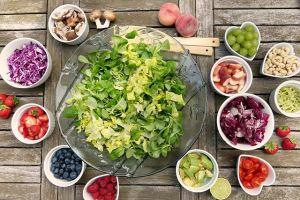 Šareni tanjir pun voća i povrća koji pokazuju prednosti vegetarijanske ishrane