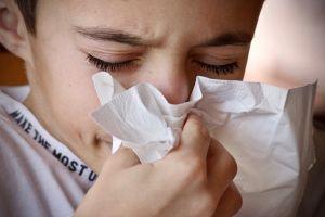 Dečak sa prehladom - nije teško osloboditi se kašlja prirodnim putem