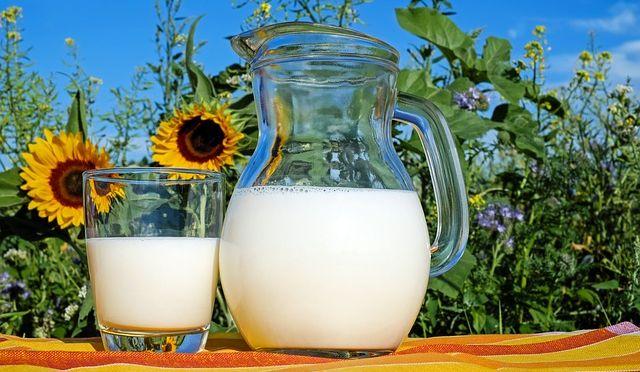 Mleko u bokalu i čaši