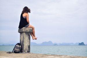 Usamljena žena na obali