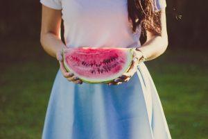 Devojka sa parčetom lubenice u ruci